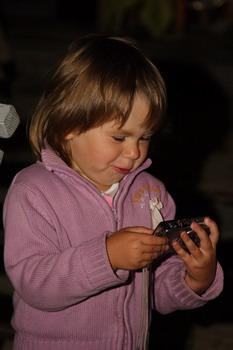 Дочка Марата Башарова Амели с интересом рассматривала фотографии на цифровой камере