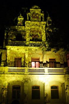 Под занавес вечер Массандровский дворец немного подустал от гостей и пузырился.