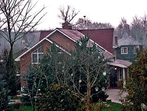 Коттедж шоумена отличается от соседних роскошных особняков. Но бандиты выбрали именно этот дом...