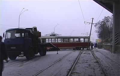 Один из вагонов неожиданно слетел с реек и, зацепив столб трамвайного электропитания, развернулся на девяносто градусов. Фото Магнолия.тв