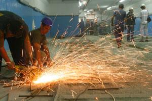 - Кризис ударил и по нашему заводу: теперь выдают одну «болгарку» на двоих.