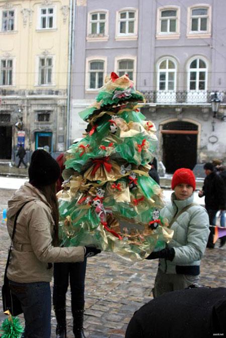 Львовские школьники уверяют – исскуственая елка даже красивее.