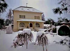 Тот самый домик в деревне, где Примадонна исполнит роль Снегурочки.