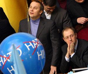 - Смотри, Арсений: воздушные шарики, флажки - не работа, а сплошной праздник!