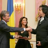 Президент наградил Каролину и Филиппа за достижения.
