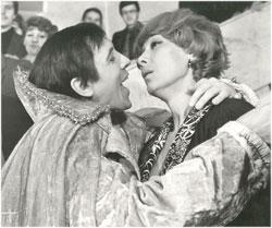 Киврин (Валерий Золотухин) с трудом доказал свою верность Шемаханской (Екатерине Васильевой).