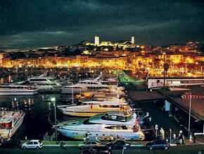 Ночью побережье юга Франции выглядит еще шикарнее, чем днем.