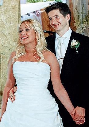 На свадьбе Юля была похожа на Снегурочку. А Женя мог бы и бороду из ваты нацепить - для солидности!