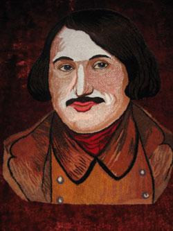 Местные мастерицы ловко ткут ковры с портретом писателя.