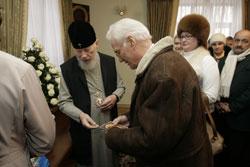 Митрополит Владимир давал «на мороженое» прихожанам и братьям.