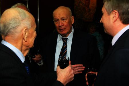Друзья юбиляра (слева направо): Борис Патон, Владимир Горбулин и Михаил Згуровский вспоминали на фотовыставке старые добрые времена.