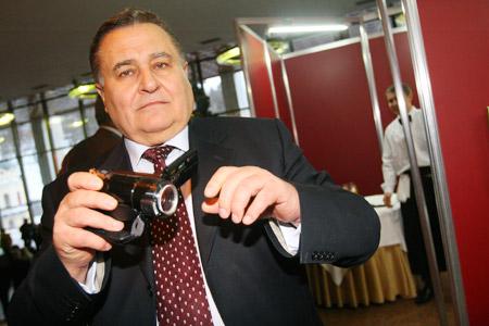 В гости в экс-президенту Марчук пришел с модным гаджетом - Sony Handycam HDR-HC9E, цена - $1100.