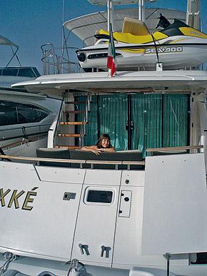 Этот снимок сделан на яхте Жана. А вот жить на яхте нового ухажера Ярослава отказалась.