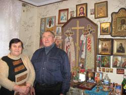 Духовные отцы, которые посещают усадьбу, дарят Громлюкам иконы. Николай и Мария уже оформили в доме целый иконостас.