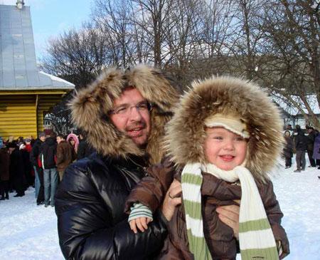 Александр с сынишкой днями катались на лыжах и санках.