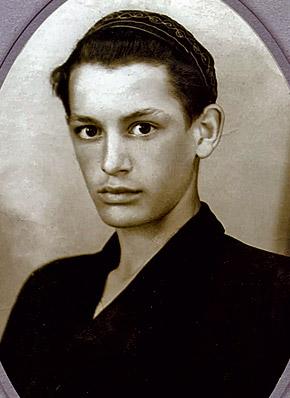 Вася Лановой в 13 лет (столько ему на фото) поступил в театральную студию ДК ЗИЛа.