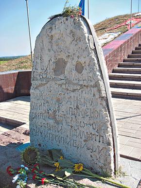 На надгробном камне со старой могилы атамана до сих пор видны следы от пуль, выпущенные земляком-полицаем в 1943 году.
