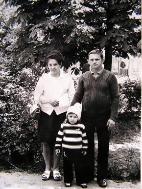Павлик с родителями. До 8 лет он был здоровым мальчиком.