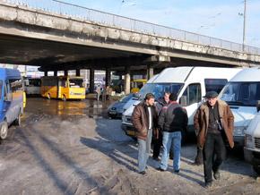 Ст. метро «Святошин». Под мостом паркуются маршрутки и автобусы.