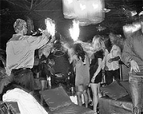 Хотя официально в гламурных ночных клубах наркотики запрещены, завсегдатаи знают, у кого можно приобрести «снежок».