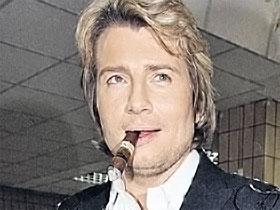 В исключительных случаях Басков может позволить себе сигару, а вот с сигаретой тенор замечен не был.
