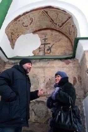 Беседа на фоне древнерусской фрески