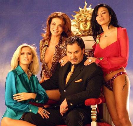 Валерий Меладзе с «золотым составом» «ВИА Гры» - Верой Брежневой, Аней Седоковой и Надей Грановской (слева направо). Ни одна из красоток не осталась в группе. Зато все нашли себя на телевидении.