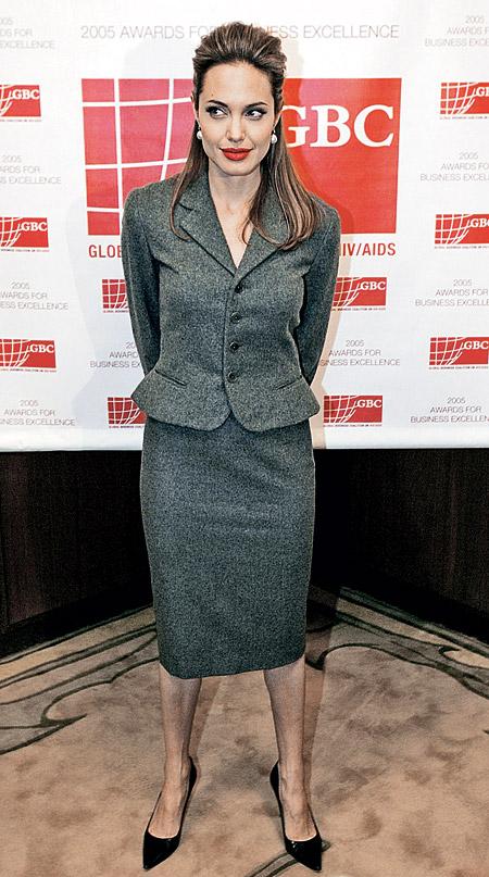 Анджелина ДЖОЛИ является еще и послом доброй воли ЮНЕСКО. И если в жизни актриса предпочитает джинсы и майки, то для официальных мероприятий она одевается очень строго.