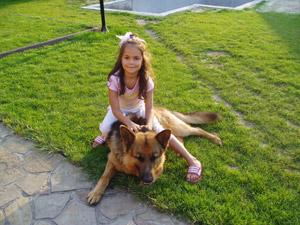 Дочь футболиста Кристина и ее любимец Бакс.