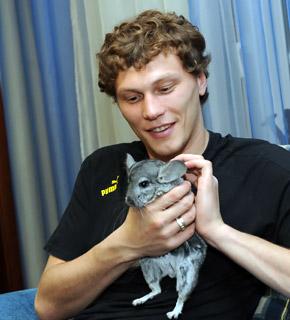 Шиншилла Кузя первой встречает Андрея Пятова с тренировок.