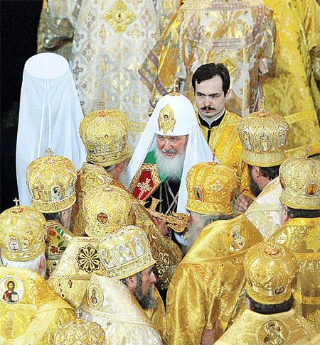 Архиереи Русской православной церкви возвели Кирилла на Патриарший престол.