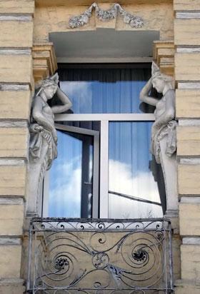 Кариатиды на его фасаде.