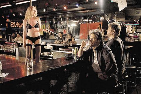 Герой «Удушья» (актер Сэм Рокуэлл, справа) одержим поисками доступных женщин.