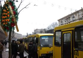 Улица Крещатик: возле мэрии устроили похороны.