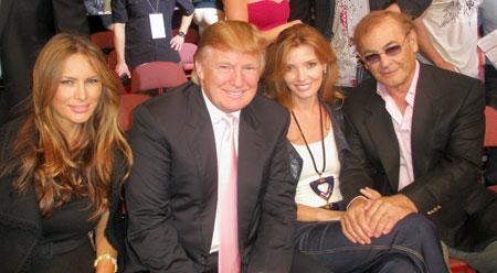 В Лос-Анджелесе на боях без правил. Слева направо: Мелани Трамп, Дональд Трамп, Александра Николаенко и ее супруг Фил Раффин.