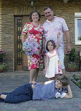 Прежде чем жениться на Юлии Мостовой (на фото) Анатолий 24 года прожил в первом браке.