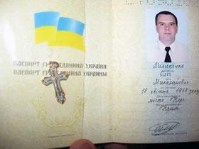 Олег Пилипенко свой нательный крестик спрятал в паспорте.