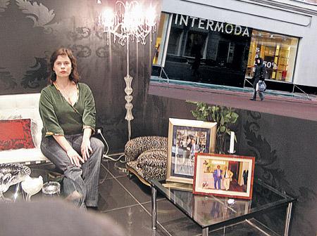 В бутике, на последнем этаже которого произошла трагедия, -хрустальные канделябры и скидки 50 процентов. На диване белой кожи - корреспондент «КП».