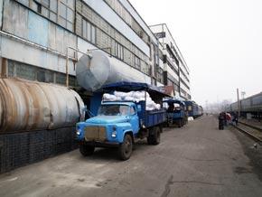 После стирки постельные комплекты по конвейеру сбрасывают в грузовик.