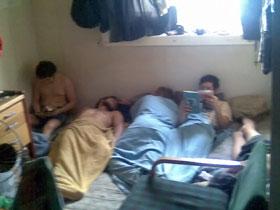 В таких условиях жили заложники - все 18 человек на полу в одной каюте.