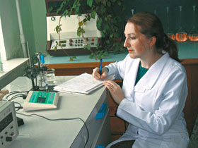Лаборант Оля с помощью приборов определяет уровень кислотности осадков.