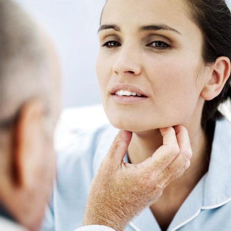 Причиной усталости и раздражительности могут быть нарушения функций щитовидной железы.