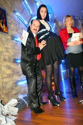 Еще один именинник этого дня Григорий Чапкис приобнял заигравшуюся в «беременность» Ефросинину.