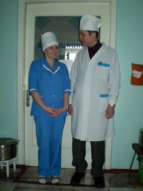 Реаниматолог Владимир Полторацкий и медсестра Оксана Андриец не любят высокопарных фраз о долге - они просто не дают умереть.