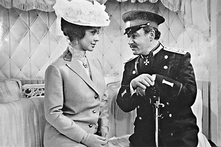 Ефим Копелян сыграл в фильме шефа жандармов Бобруйского-Думбадзе, влюбленного в танцовщицу Софи (Лионелла Пырьева).