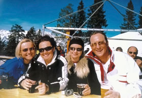 Cемья министра - жена и дочери Ира и Лена любили кататься на лыжах в Австрии.