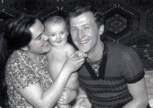 В 1974 году будущий министр работал электриком и воспитывал с женой дочку Ирочку.