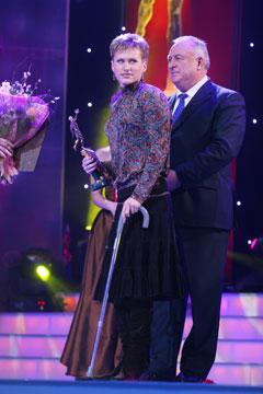 Лучшей спортсменке года Осипенко-Радомской из-за травмы колена пришлось опираться на трость.