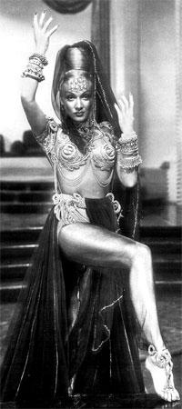 Марлен Дитрих блистала в роли наложницы Джамиллы во многом и благодаря наряду от Каринской. Фильм «Кисмет», 1944 г.