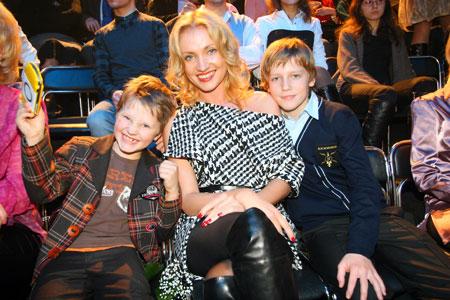 Шумовую поддержку на выступлениях Гусину обеспечивают жена Кристина, сыновья Ваня (слева) и Андрюша.